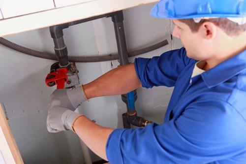 אינסטלטור להתקנה ותיקון מערכות צנרת במבנים