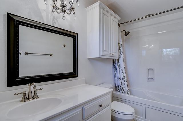 ארון אמבטיה תלוי או עומד?