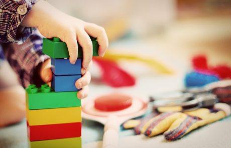צעצועים מעץ לעומת צעצועי פלסטיק