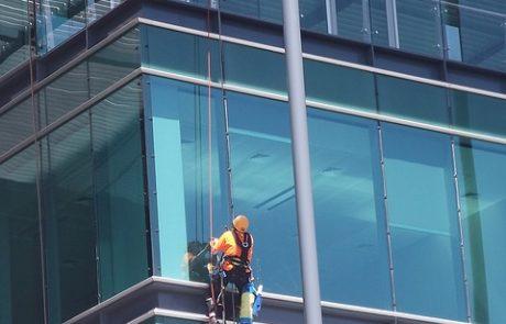 כמה העובדים שלכם יכולים לסבול חלונות מטונפים – ניקוי חלונות בגובה